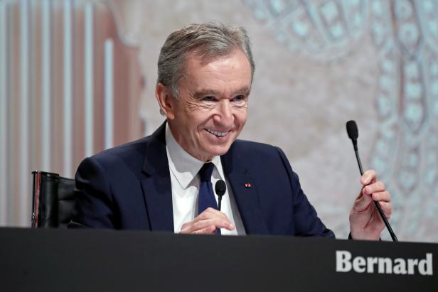 FILE PHOTO: Bernard Arnault, PDG de LVMH Moet Hennessy Louis Vuitton SE, assiste à l'assemblée des actionnaires de la société à Paris