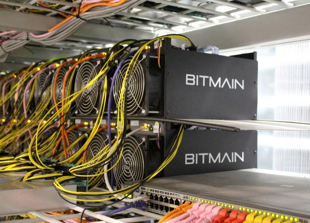 PHOTO DE FICHIER: Des ordinateurs miniers Bitcoin sont représentés dans la ferme minière Bitmain près de Keflavik